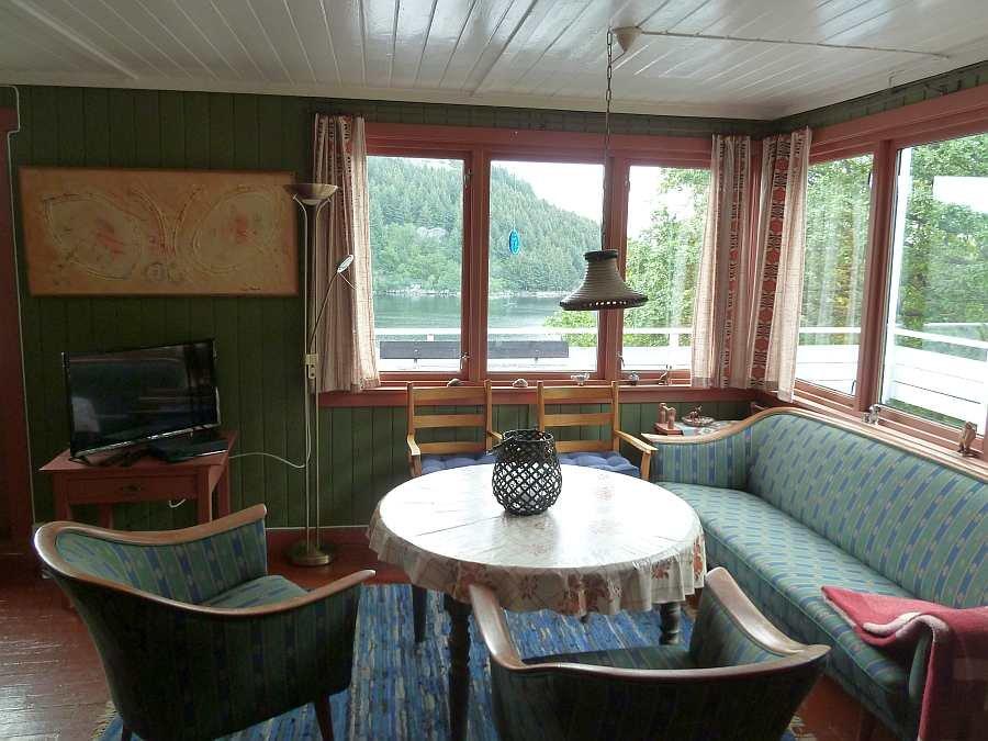 Die gemütliche Sitzecke des Ferienhauses mit direktem Blick auf den Fjord