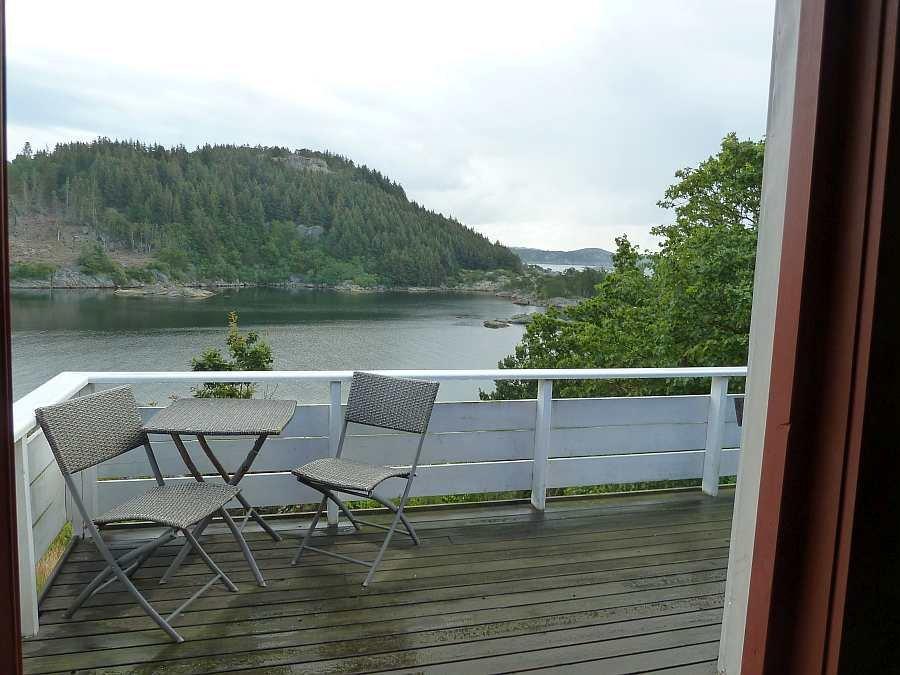 Vom Wohnbereich hat man einen direkten Zugang zur Veranda an der Fjordseite
