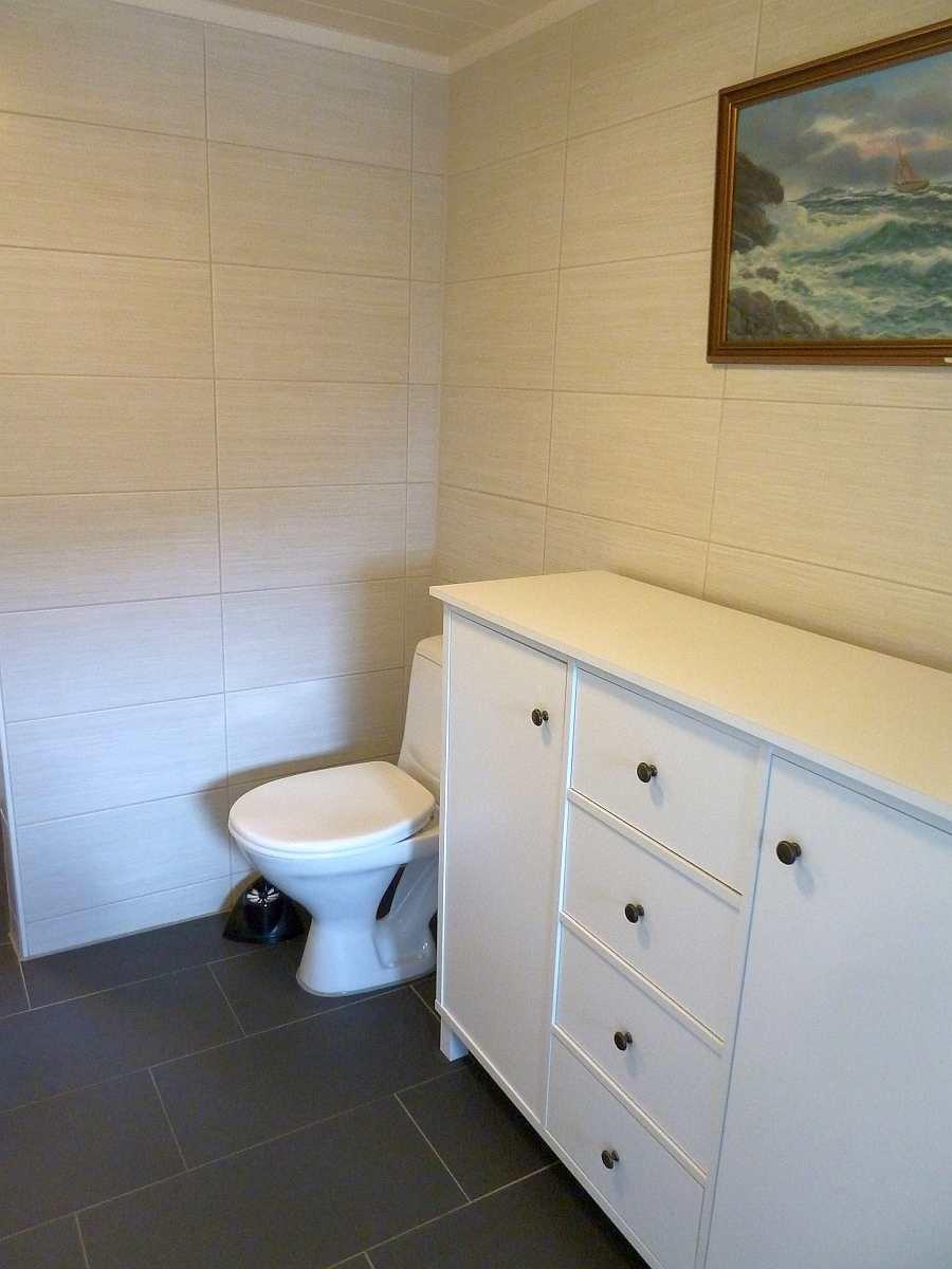 Das Bad ist geräumig mit ausreichend Platz