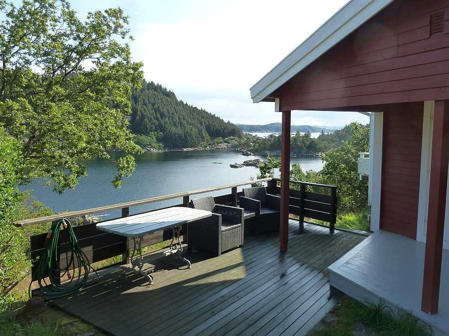 Der weitere Sitzbereich - die zusätzliche Terrasse am Haus, natürlich  ebenfalls mit Fjordblick
