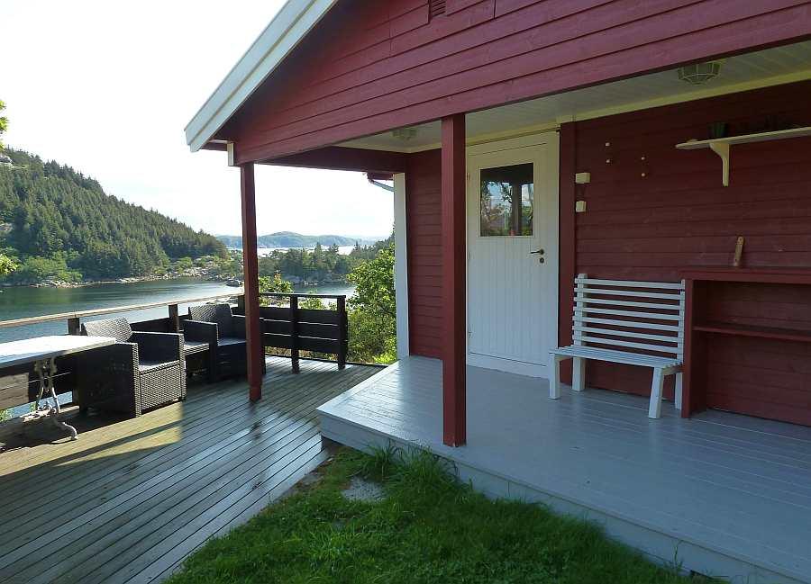 Der Eingangsbereich des Ferienhauses - die kleine Veranda am Eingang ist überdacht. Hier kann man bei Bedarf geschützt sitzen