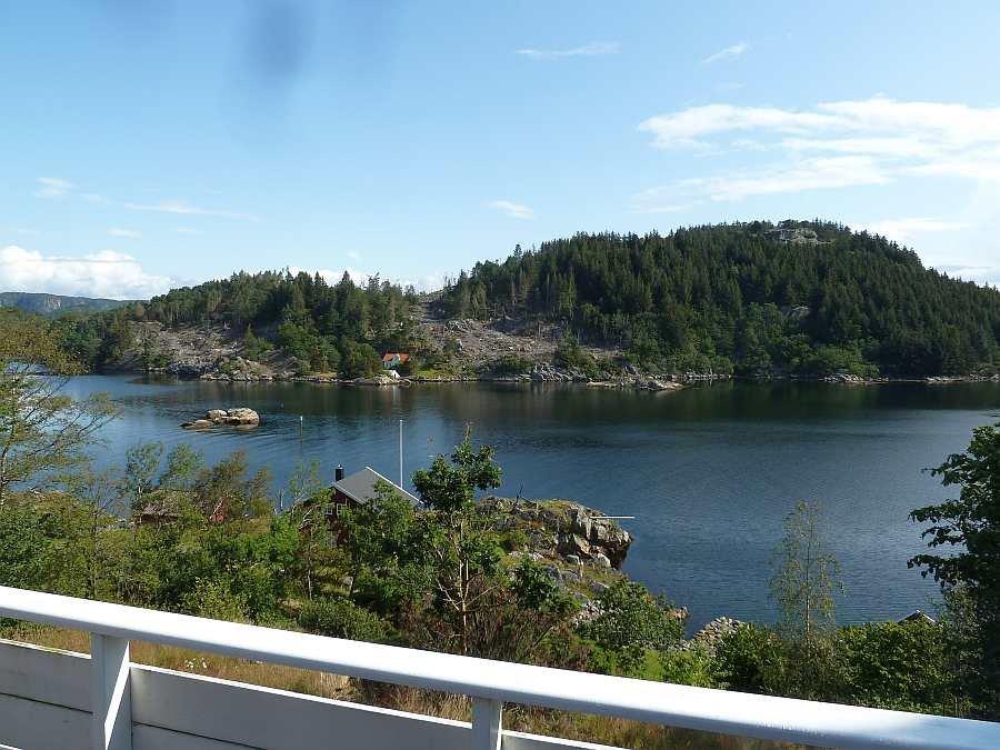 Hier auf der Veranda mit herrlichem Blick (hier in den Fjord hinein) kann man es zweifelsfrei aushalten...