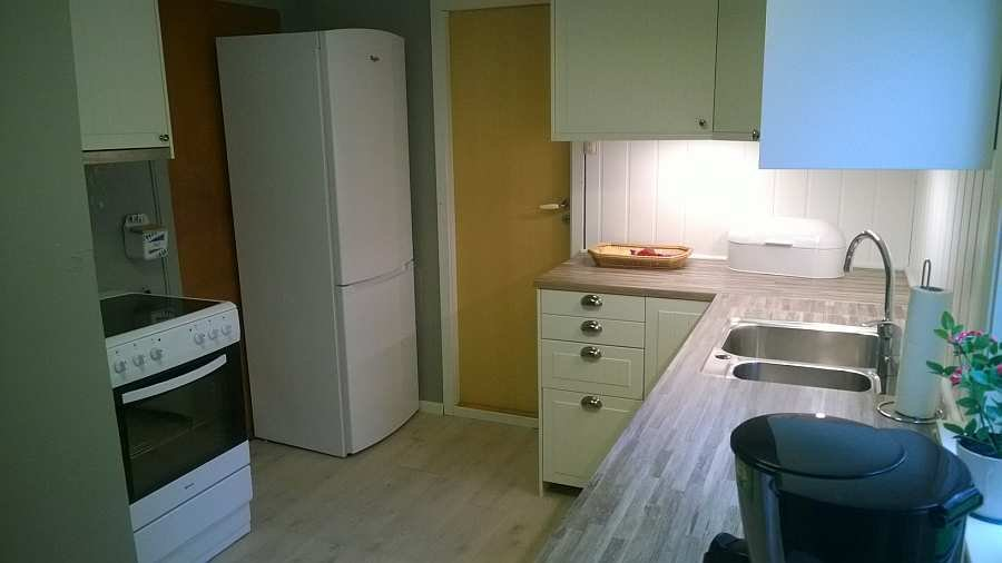 Die Küche ist vom Geschirrspüler bis zum Wasserkocher komplett augestattet