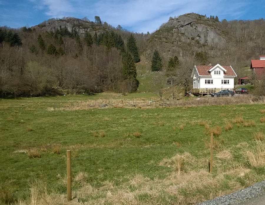 Blick auf Haus Vika und das große Grundstück