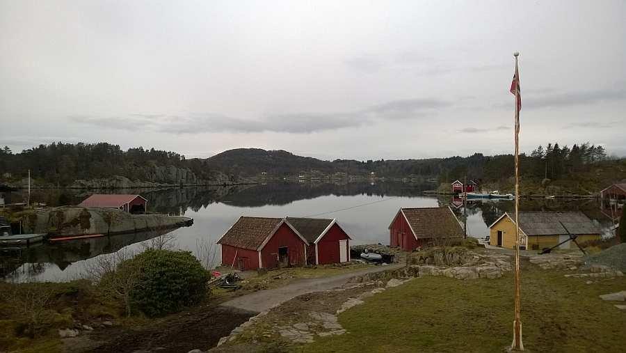 Blick auf den eigenen Bootsschuppen und den dazugehörigen Bootsliegeplatz (graues Boot)