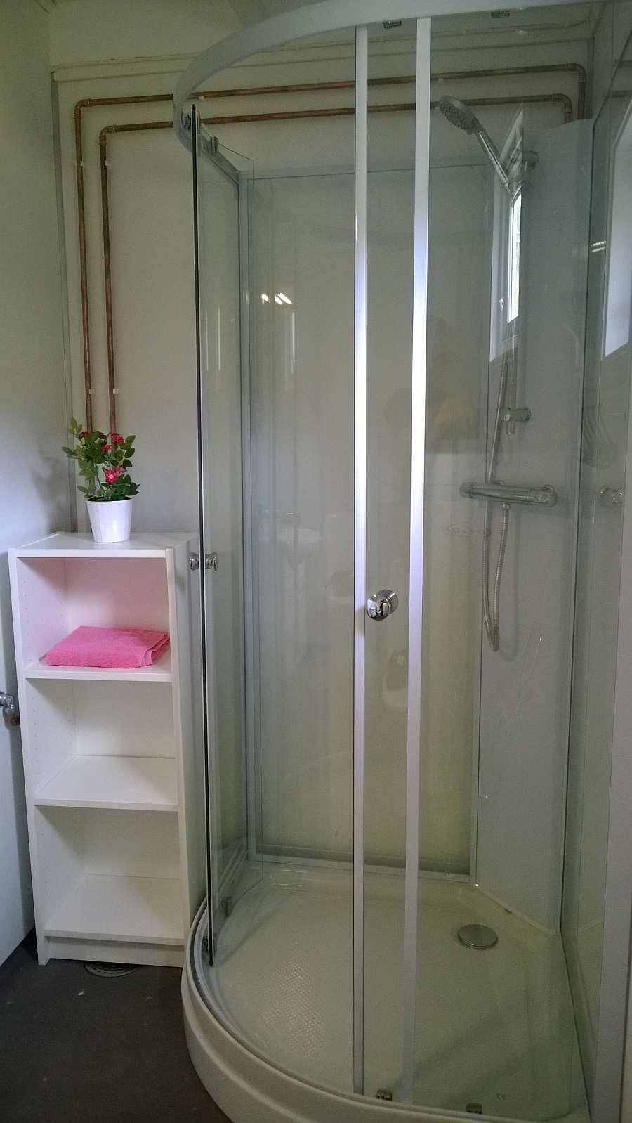 Das Badezimmer des Hauses mit Dusche
