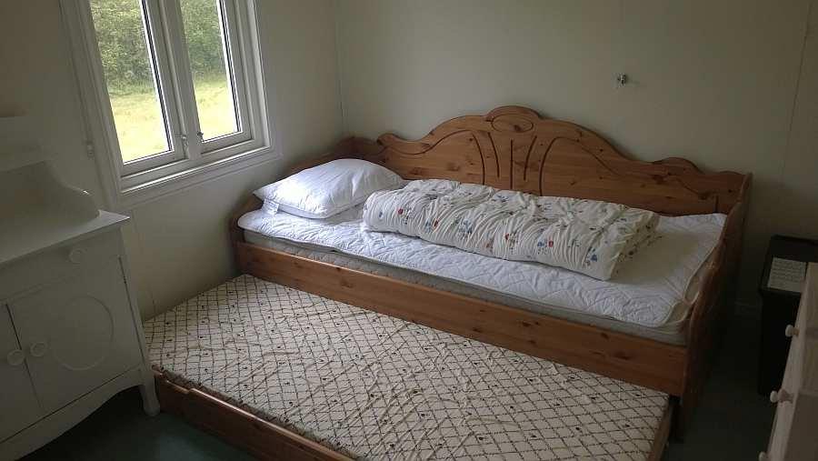 Ein Schubladenbett wird auseinander gezogen zu zwei Einzelbetten
