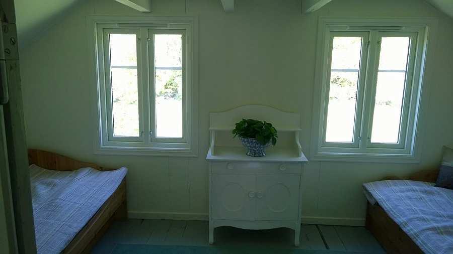 Das Schlafzimmer mit den beiden Schubladenbetten... (hier zu zwei Einzelbetten zusammengeschoben)