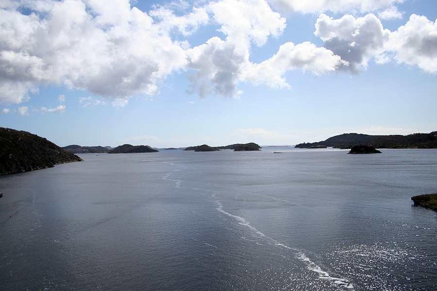 Ausfahrt aus dem Fjord durch die vorgelagerten Inseln Richtung offenes Meer - Fahrzeit nur ca. 20 Minuten