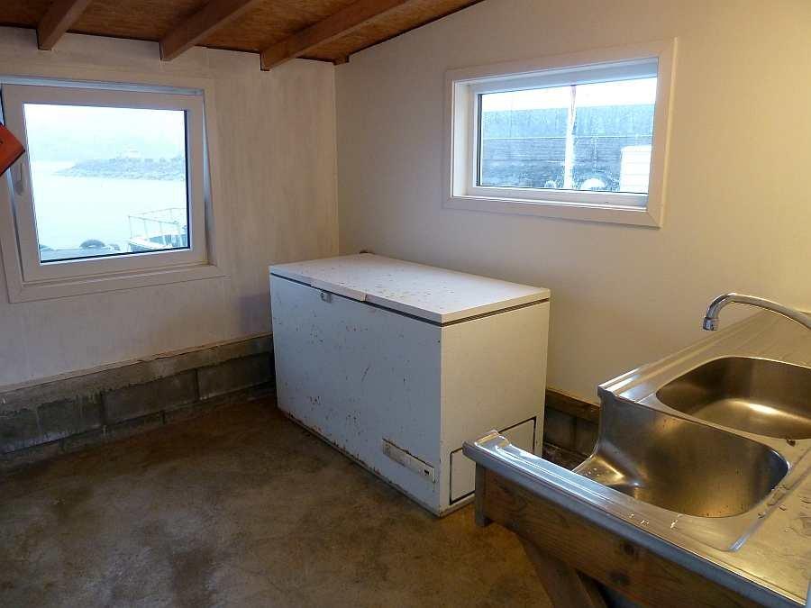 Jede Haushälfte verfügt über einen eigenen Schuppen am Wasser. Hier kann man seine Angelsachen lagern. Es steht in jedem Schuppen jeweils eine eigene Gefriertruhe und eine Spüle zur Verfügung. Ein gemeinsamer Filetiertisch befindet sich im Außenbereich