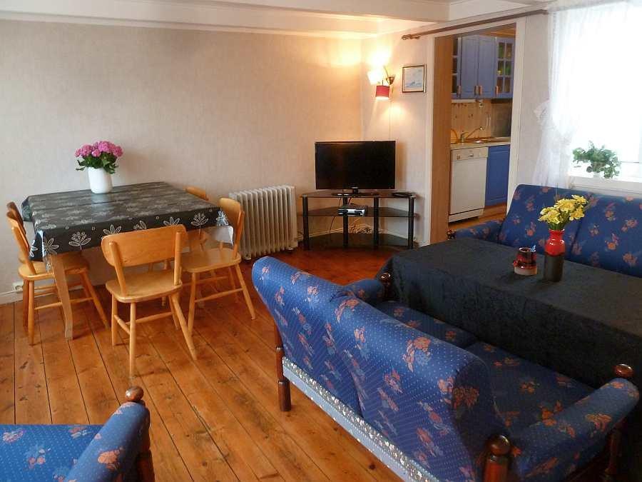 Wohnbereich in Haushälfte Westersiden No.8 mit Sitzecke, Sat.TV und Esstisch