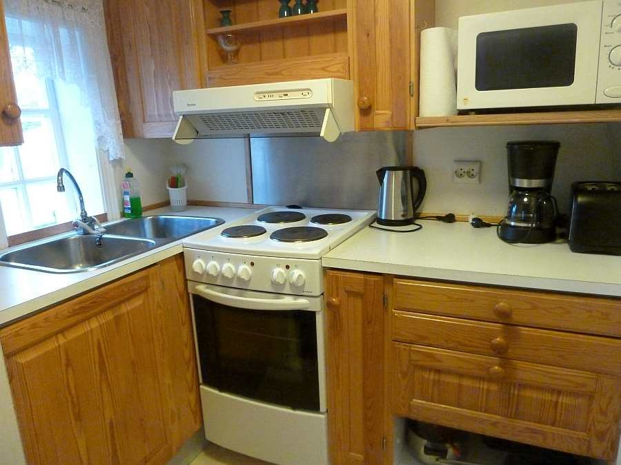 Die Küche ist von der Mikrowelle bis zum Toaster gut ausgestattet