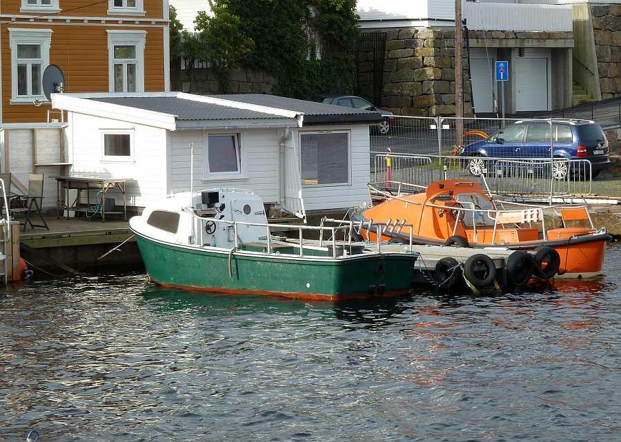 Die Dieselboote liegen am eigenen Bootssteg direkt vor dem Haus