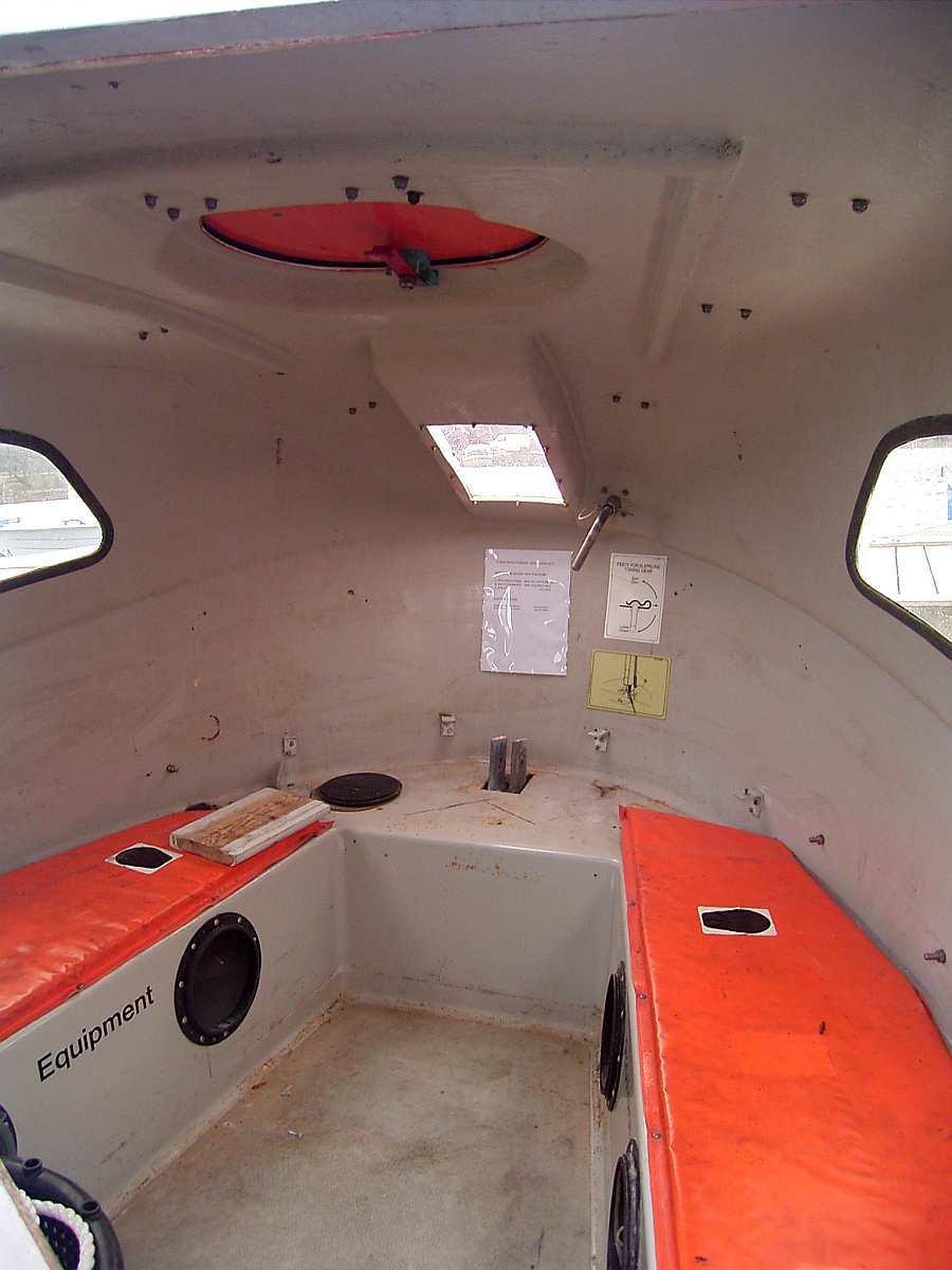 Die Schlupfkabine des Dieselbootes >Stitch<. Diese kann im Notfall drucksicher verschlossen werden und macht das Boot somit unsinkbar