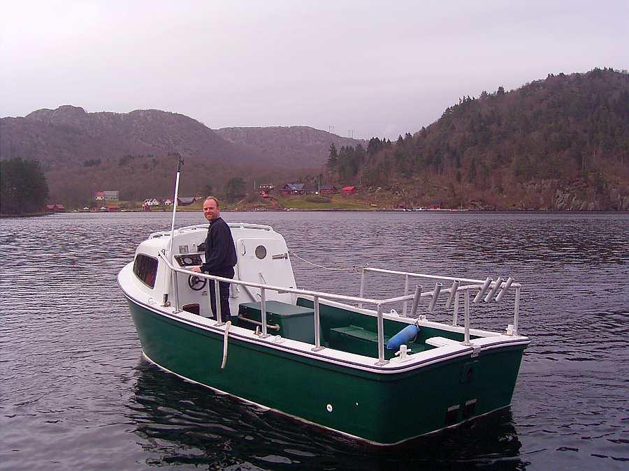 Eines der zwei buchbaren Boote: Dieselboot >Stitch< - 21 Fuß/50 PS, e-Starter, Steuerstand, Schlupfkabine, Echolot und Rutenhalter - ein echtes Kraftpaket!