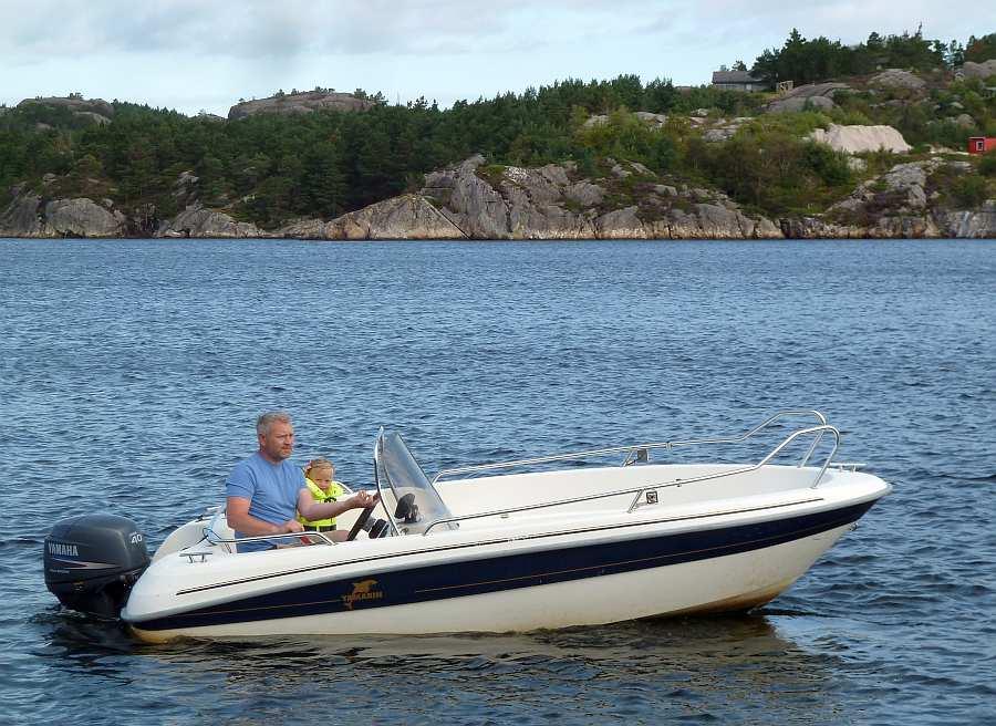 Bereits im Hauspreis enthalten: Angelboot  >Yamarin<  15 Fuß/40 PS, 4-Takter, e-Starter, Steuerstand mit Windschutz, Echolot und GPS/ Kartenplotter