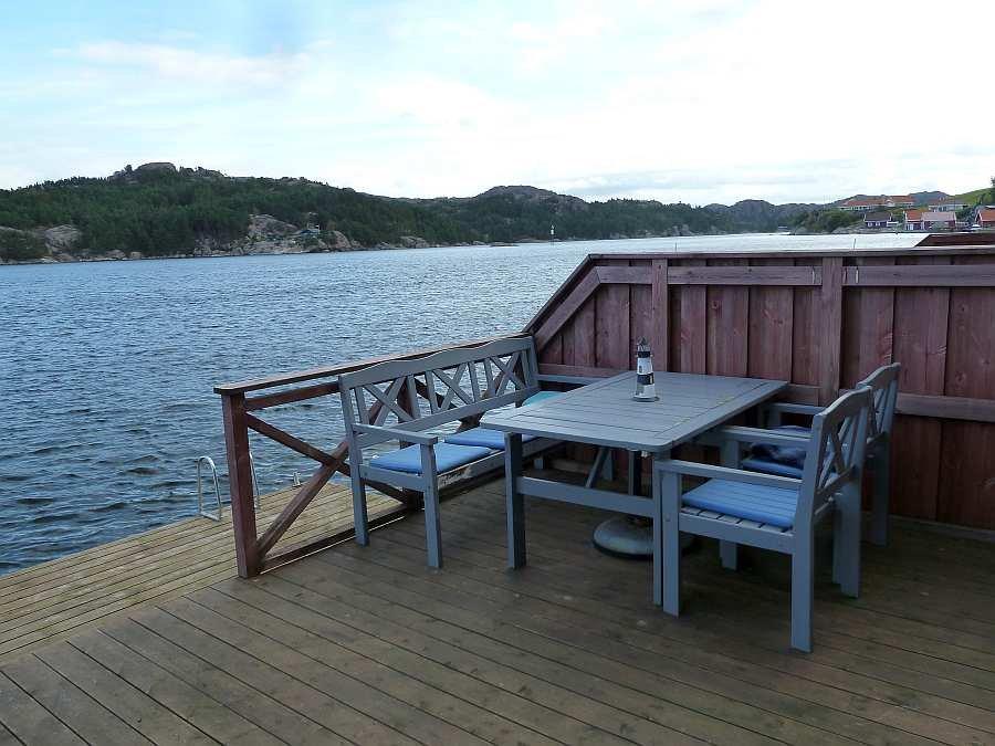 Es stehen ausreichend Gartenmöbel für die Veranda zur Verfügung