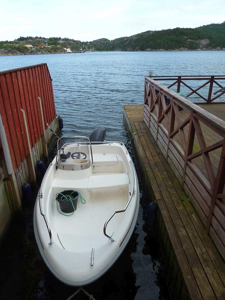 Das eigene Angelboot liegt direkt neben dem Haus in seiner Parkbucht