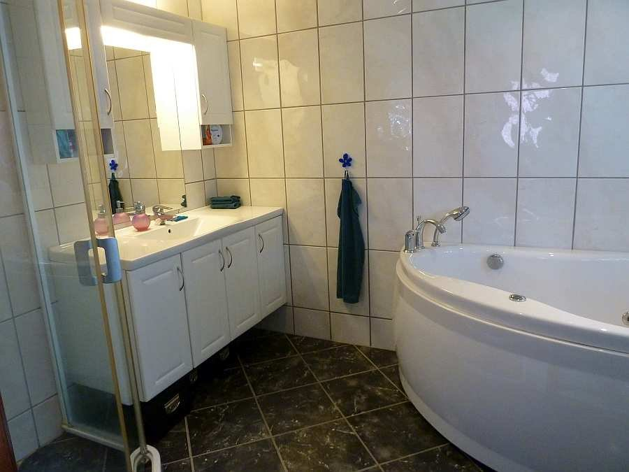 Das helle Bad verfügt über eine Fußbodenheizung