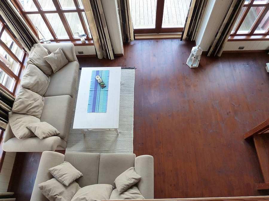 Die hohe Decke im Wohnbereich macht den Raum besonders großzügig