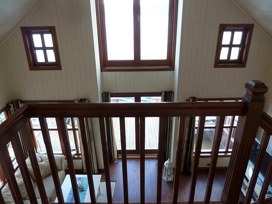 Blick von der offenen Galerie im Obergeschoss hinunter in den Wohnbereich