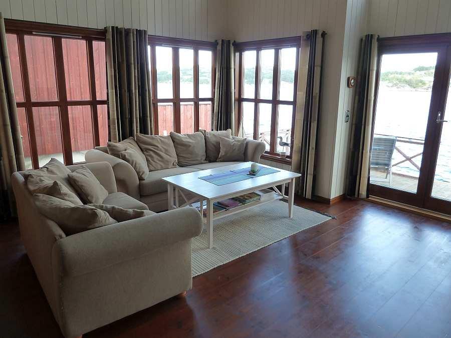 Die Sitzecke des Hauses mit direktem Fjordblick