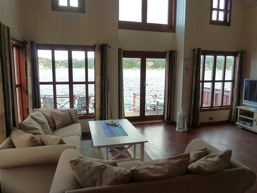 Hier im Wohnzimmer findet sich genug Platz, dass sich hier alle Gäste entspannen können
