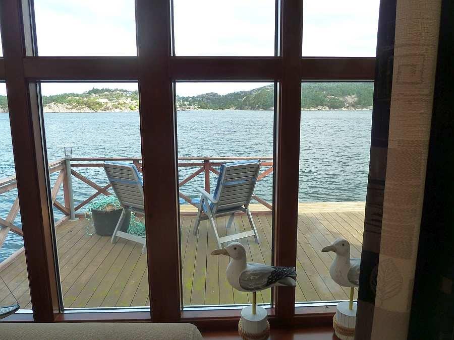Blick aus einem der Wohnzimmerfenster auf die Veranda am Wasser