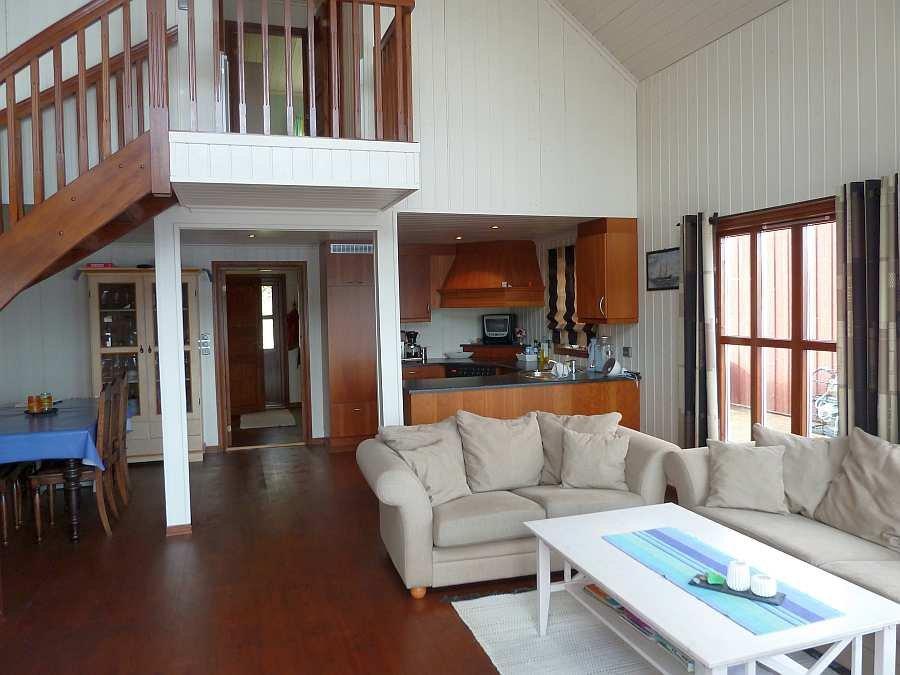 Der großzügige und helle Wohnbereich des Ferienhauses