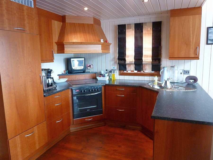 Die Küche des Ferienhauses ist umfassend ausgestattet - von der Kaffeemaschine bis zum Geschirrspüler ist alles vorhanden