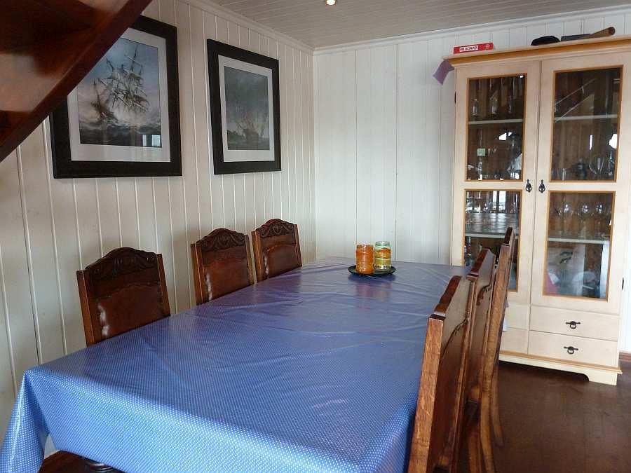 Hier am großen Esstisch finden alle Gäste Platz. Zusätzlich steht noch ein Babystuhl zur Verfügung