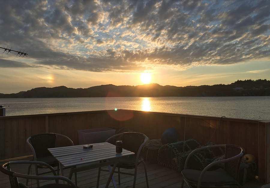 Sonnenuntergang auf der Veranda am Haus