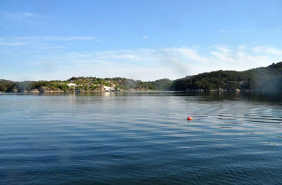 Der  Fjord <Nordra Sund> nördlich der Insel  Eigerøya. An diesem Fjord liegt das Seehaus Remme