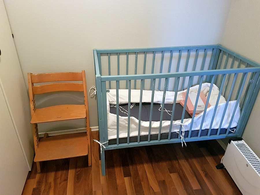 Ein Kinderbett und ein Kinderhochstuhl stehen zur Verfügung