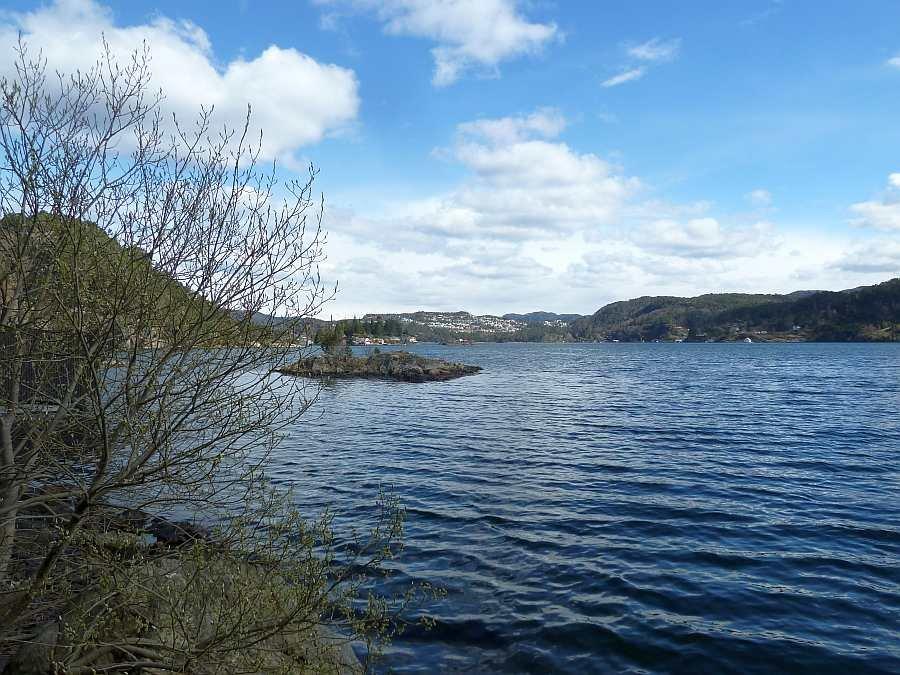 Blick vom Bootsliegeplatz Richtung dem Ort Flekkefjord