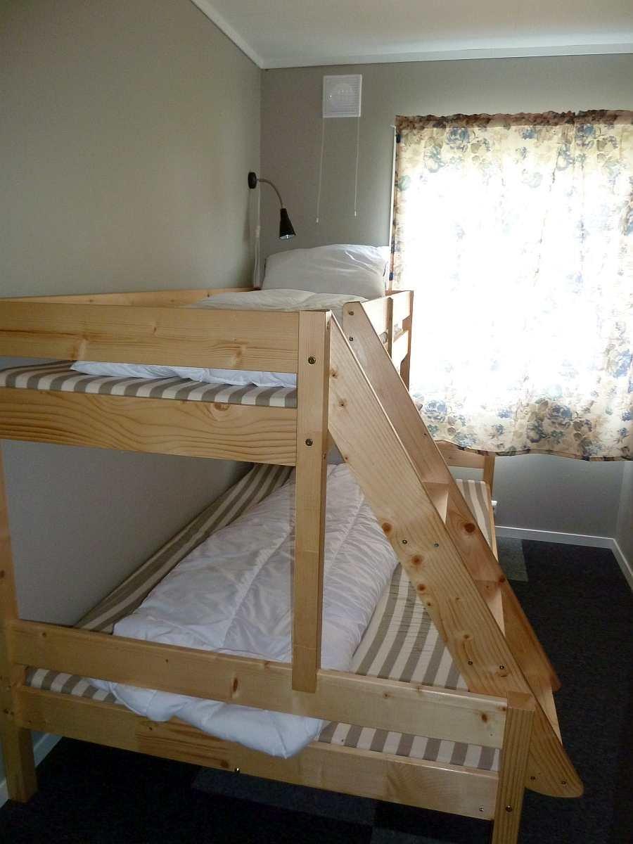 Eines der zwei Schlafzimmer mit jeweils einem Etagenbett (unten 120 cm breit)