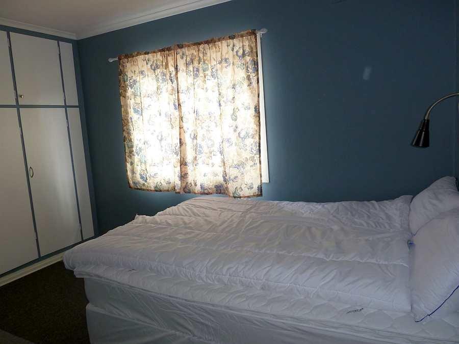 Das Schlafzimmer des Ferienhauses mit einem Doppelbett