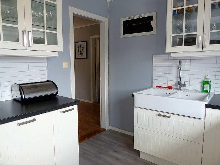Die Küche ist hell und freundlich mit Blick auf den Fjord