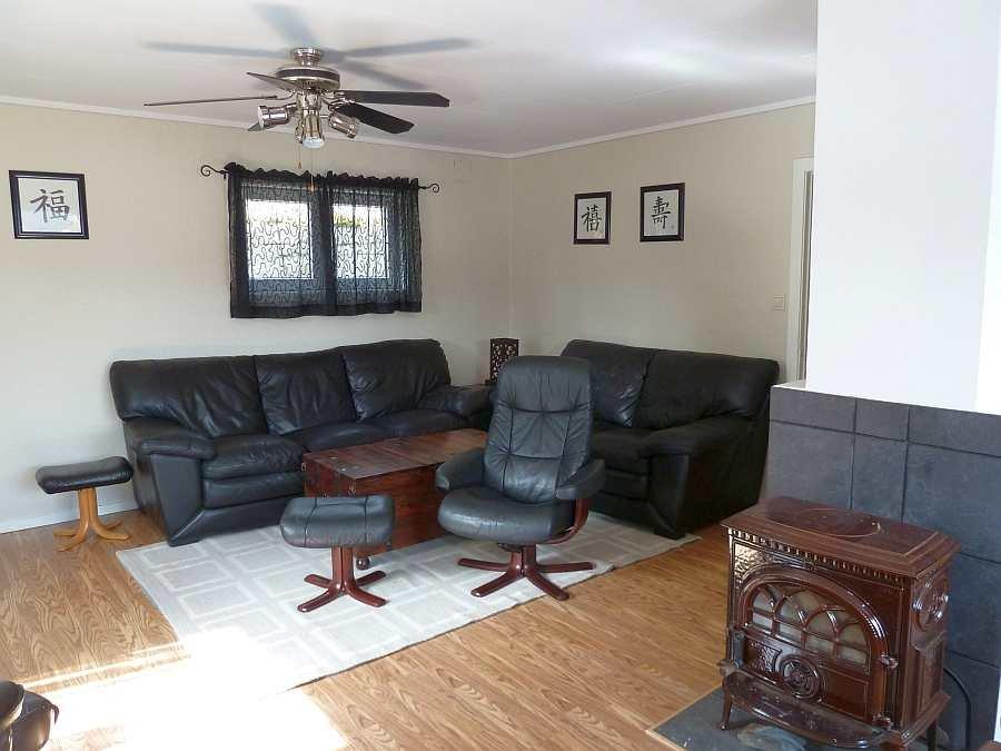 Der Wohnbereich mit Sitzecke und gemütlichem Holzofen