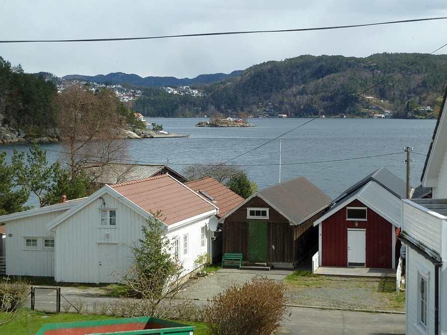 Blick aus dem Wohnbereich auf den Fjord
