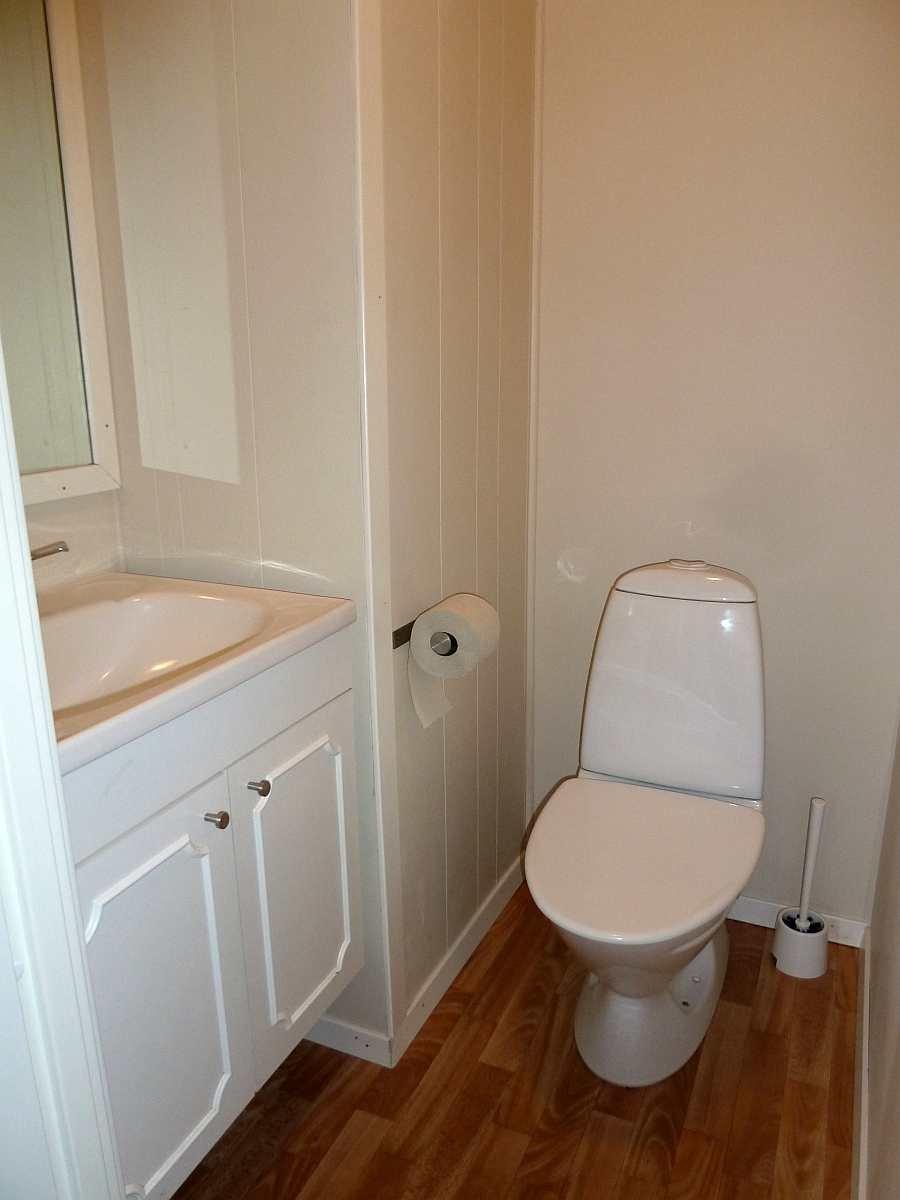 Der separate Toilettenraum mit Waschbecken