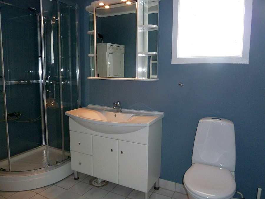 Das Badezimmer ist ansprechend und modern