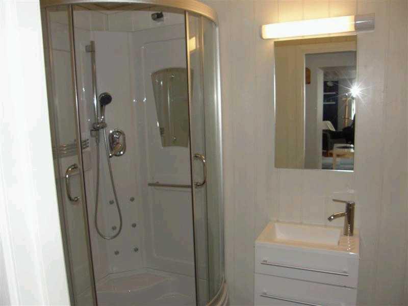Bad, Dusche und WC.