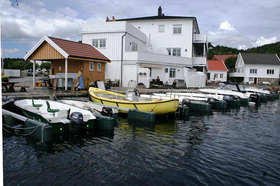 Direkt am Wasser gelegen. Unsere Angleranlage Avik Brygge am Kap Lindesnes.