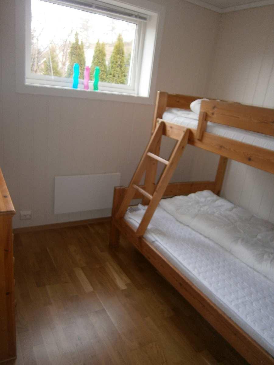 Das Schlafzimmer mit  einem Etagenbett (unten 120 cm breit)