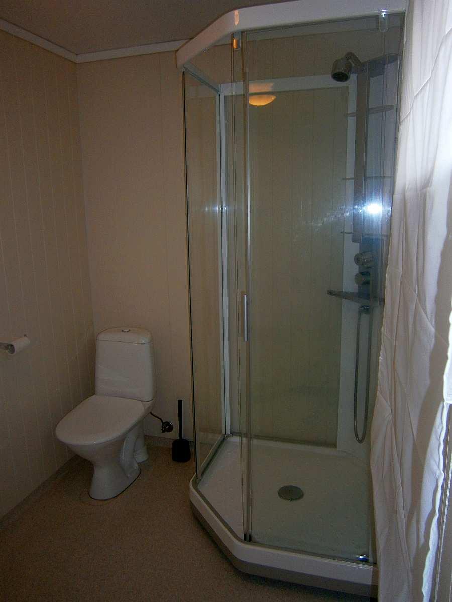 Das Badezimmer der Wohnung mit Dusche, WC und Waschbecken