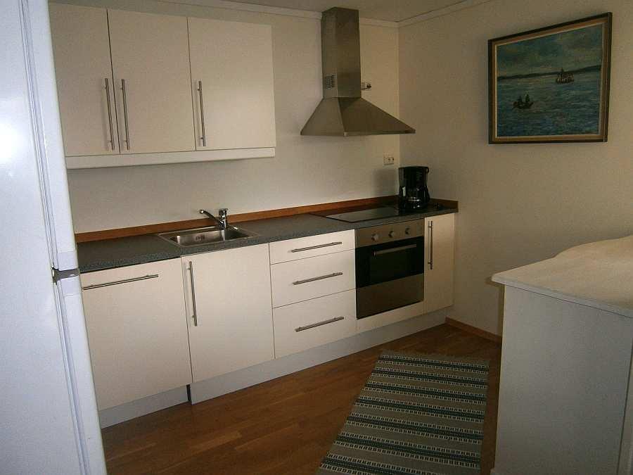 Die komplett ausgestattete Küche der Wohnung