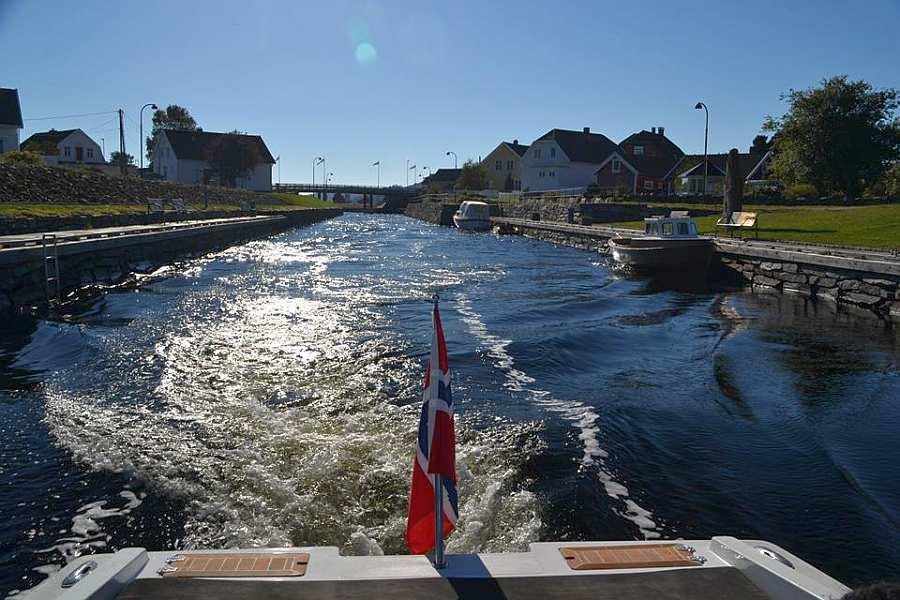 Bootsfahrt durch den Kanal in den  geschützten Lenesfjord