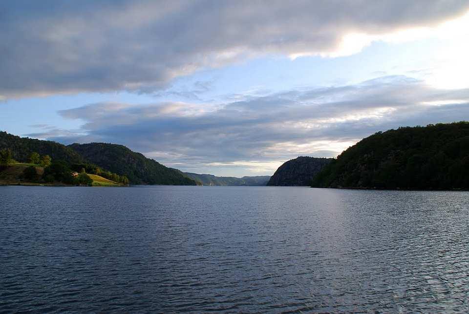 Der Lenesfjord - geschützter Bereich bei  windigem Wetter