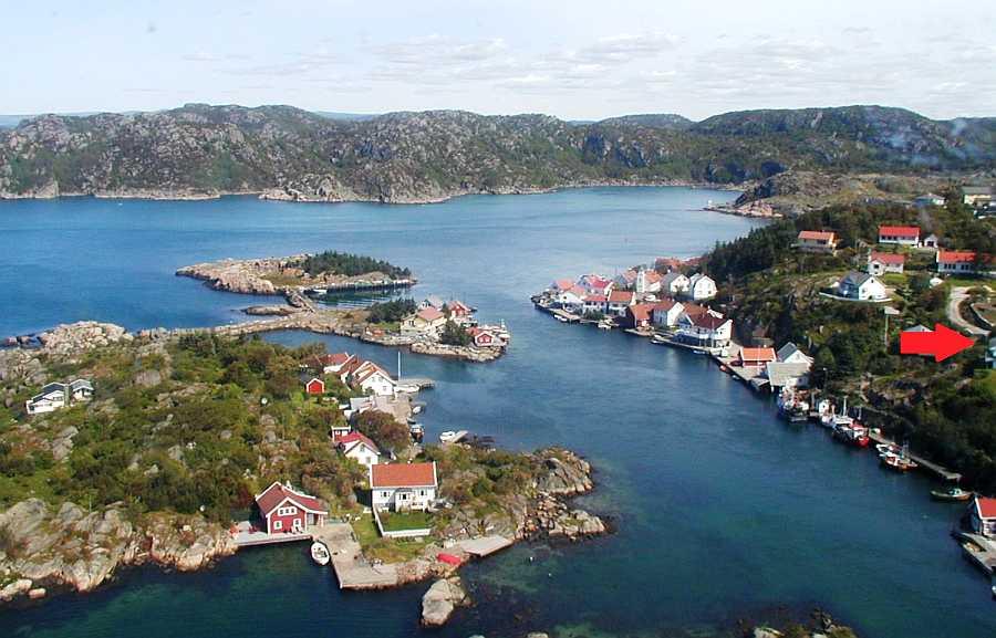 Der rote Pfeil zeigt wo das Ferienhaus Beate im kleinen Küstenort Korshamn liegt